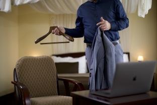 Dřevěné ramínko pánské kalhotovou tyčí