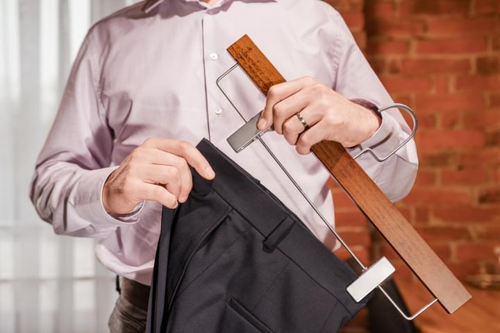 Pánske drevené ramienko na nohavice