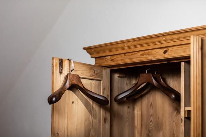 Bytelné ramínko ze dřeva a kovu